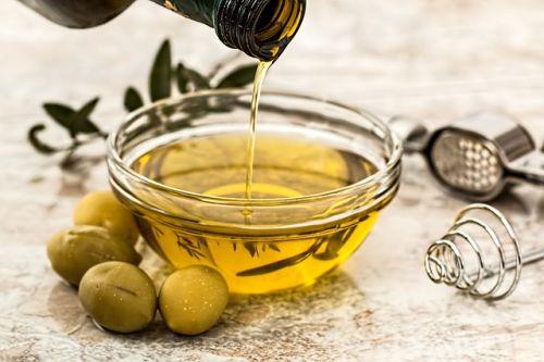 cara merawat wajah baik awet muda tidak berjerawat minyak zaitun