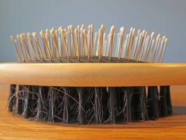 Cara Merawat Rambut Agar Tidak Rontok Menggunakan Sisir
